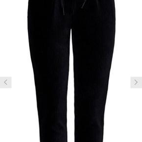 Sælger disse fine Only habit lignende bukser med stræk i sort fløjlsmateriale.  Str: M  Zoom gerne ind på billedet for at se det fine stof. Eller spørg for flere billeder.   Køber betaler fragt eller afhentes i Aarhus C.