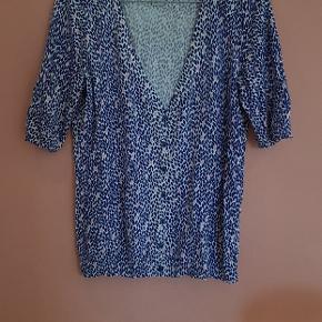 Sød kortærmet cardigan med blåt og lyserødt mønster. (Se billede 2)