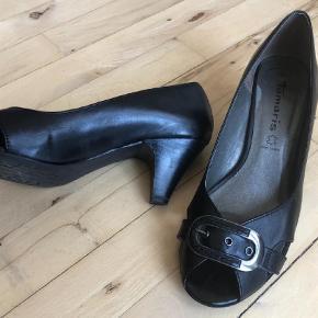 Varetype: Pep toe Farve: Sort  Super flotte sko med peeptoe og spænde. Hælen er 6 cm, så en rigtig god hverdagssko :-) Skoene er læder.   Aldrig brugt.   Køber betaler porto. Jeg sender med DAO.   Se også mine andre annoncer og få mere ud af portoen.