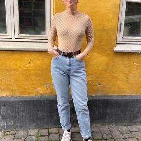 """NAANAA Mesh High Neck Bodysuit. """"Hudfarvet"""" Bodystocking. Bodystockingen er langærmet med en lidt høj hals og normal lukning forneden.  Den har lynlås bagpå, er beige/hudfarvet med lyse tern. Den er gået med 1 gang, og jeg sælger den, da det var en gave, men trods hvor fin den er, er det ikke lige min stil.  #Trendsalesfund"""