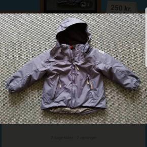 Reimatec + jakke Savu. Brugt meget lidt en sæson. Nypris 749 kr. Navy farve. Aftagelig hætte.