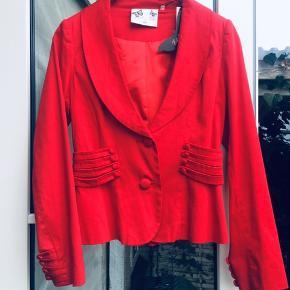 Smukkeste røde blazer str large. Lækre detaljer. Med tags.