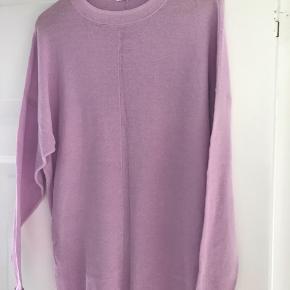 Fin Stine Goya trøje. Der står ikke str i, men jeg synes den er over size medium.  Brystvidde 110 cm, længde 72 cm Bytter ikke