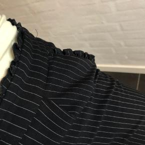 Stribet Vero moda bukser  Fine detaljer ved lommer og i livet  Str. S  L. 34   Brugt 3 gange  Spørg endelig for flere billeder (: