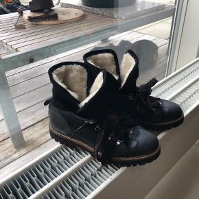 Så fine Edna støvler, brugt 5 gange sidste år, kan ikke passe dem efter graviditet  Nypris 2599