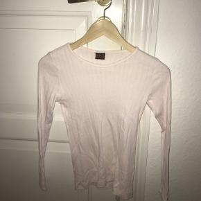 Sælger min lyserøde Mads Nørregård bluse. Trøjen er i one size (teenager modellen) den er ca en 10-14 år Skriv for mere info😊