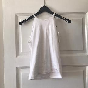 Hvid top med bare skuldre. Fint bindebånd bagpå.   Skriv endelig for billeder eller bud :)