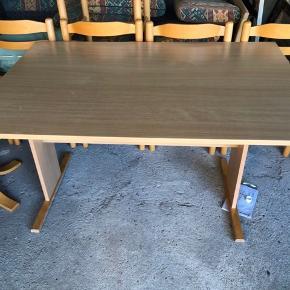 Spisebord med tillægsplade og 6 stole sælges pæn stand  Kom med et bud