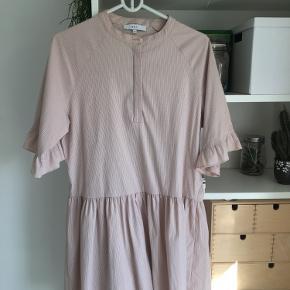 Virkelig flot kjole fra BOII STUDIOS. Brugt få gange og har derfor ingen tegn på slid🌸