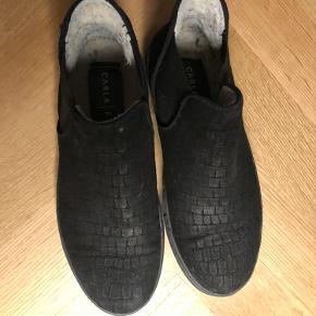Korte støvler i ruskind fra mærket CARLA|F. Brugt én sæson.