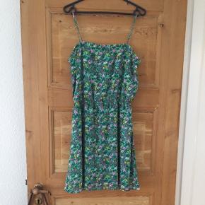 Flot grøn sommerkjole med blomster fra Divided H&M str 40. Brugt 2 gange i sommers.