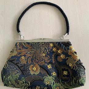 Flot lille håndtaske med perler og palietter.