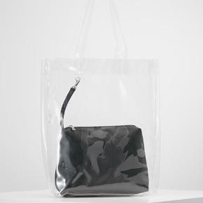 Transparent net med sort taske/clutch. Den sorte taske kan tages af og bruges som clutch. Net kun brugt et par gange - sort taske/clutch aldrig brugt.