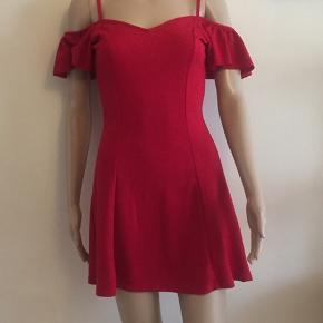 Flot rød  off-shoulder kjole  Sidder rigtig godt Brugt få gange ☀️ modtager betaler Porto ☀️ kan hentes