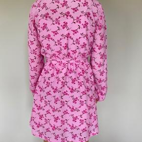 Baum und Pferdgarten kjole i str. 34. Model: Augusta Floral Exclusive To MyTheresa. 40% silke, 60% viskose. Underkjole medfølger (100% viskose). Fremstår som ny og uden brugsspor.