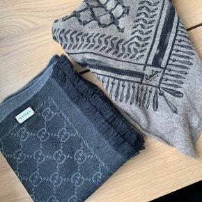 Jeg sælger mine to tørklæder, da vi går ind i en periode, hvor jeg ikke vil få dem brugt. De fejler intet, hverken pletter, huller eller lugt af parfume. Jeg har alt der medfølger til Gucci tørklædet