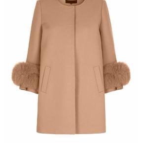Fineste jakke fra Meotine i str. L/Xl med pels.   Den er helt ny.