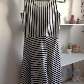H&M hvid og sort stribede kjole. Str. 12-14/158-164  Np: 180.00,- Mp: 100.00,-