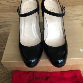 De smukkeste sko, man kan forestille sig. Brugt ca 5-6 gange og havde fået lidt ridser under de fine, røde såler. De har derfor fået nye røde såler under forfoden hos en meget dygtig skomager.  Hælen måler 8,5 cm.  Æske og dustbag medfølger.