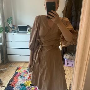Lysebrun kjole fra Second Female Aldrig brugt - også god som ny  Kom med et bud :)