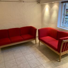 To flotte sofaer i sæbebehandlet egetræ med rødt uld betræk mrk Hurup. To-personers sofaen koster 2200 kr. Og trepersoners sofaen koster 3200 kr. Samlet er 5000 kr.