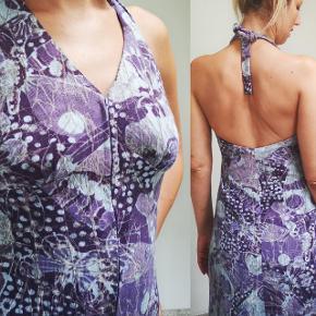Vintage 70'er kjole i frotté lignende stof med usynlig lynlås ved kavalergangen og lille foer.