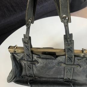 Sort/grå lædertaske med tilhørende pung. Rigtig pæn stand 😊