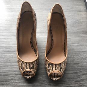 Skønne slangeprint heels med peeptoe og lille forplateau og 9,5 cm hæl. Super behagelige at gå i og fremstår som nye uden ridser eller brugsspor.  Nypris 900,-