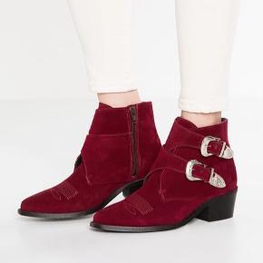 Fine støvler fra Pavement i flot Bordeaux. Jeg er normalt en 37/38 og de er lidt små til mig. Så en 36 eller 37 ville passe dem fint 💕