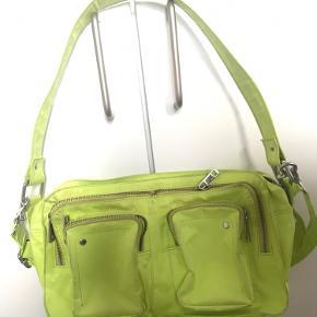 Neongul Nunoo taske. Uden skader, dog er den lidt beskidt i samlingerne, men det kan sagtens tages med vand og sæbe.
