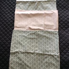 Pudebetræk, 3stk. Aldrig brugt str 51x51 cm To støvet grøn, en rosa. Samme mønster Sælges samlet for 75kr  Sender med DAO. Kan evt afhentes hos mig i København K aften/weekend