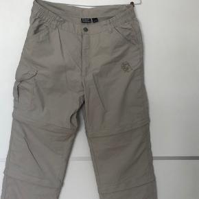 """Fede """"lyn-af"""" bukser med 2 længdemuligheder. Ingen størrelse i men fitter omkring en medium alt efter hvor løse man vil have dem :)"""