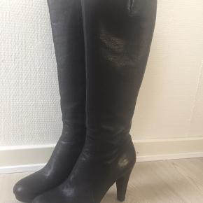 Virkelig lækre sorte læderstøvler fra Billi Bi, som det kan ses på hælen er de kun prøvet på få gange og har ikke været ude.