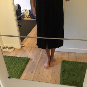 Skøn nederdel med knapper hele vejen foran. Brugt en gang, fremstår som ny 😊🌼  Se også mine mange andre annoncer 🌼