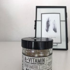A-vitamin serum i kapsler fra ecooking. Der er 46 kapsler tilbage, ud af 50 kapsler.  Læs mere om produktet her: https://ecooking.dk/produkt/a-vitamin-kapsler-60stk/  Ved forsendelse, betaler køber fragt