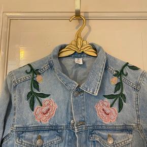 Denim jakke med fine broderi detaljer.