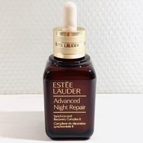 """Ny og uåbnet.    Estee Lauder Advanced Night Repair, er den unikke og ikoniske serum som er elsket verden over. Estée Lauder har udviklet en eksklusiv formel kaldet Exclusive ChronoluxCB™ Teknologi, som reparerer synligheden af skader i huden, forebygger hudskader, udjævner linier og giver huden en flot ensartet overflade.  Advanced Night Repair beskytter mod miljømæssige påvirkninger, og går i dybden og giver masser af fugt. Det er testet og bevist at dette serum markant reducerer synligheden af alle de centrale tegn på ældning. Dette serum er forbedret løbende gennem årene efter den blev skabt tilbage i 1982, derfor trods at den kaldes """"Advanced Night Repair"""", så kan den sagtens bruges både morgen og aften. Så slut dig til de millioner af kvinder verden over, som sværger til dette produkt, og som har gjort det år efter år. Du vil vågne op til en smukkere hud hver dag.  Fordele:  Ikonisk serum Exclusive ChronoluxCB™ Teknologi Reparerer synligheden af skader i huden Udjævner linjer og giver en flot ensartet hudtone Beskytter mod miljømæssige påvirkninger Bekæmper alle synlige tegn på ældning Giver masser af fugt Kan anvendes morgen og aften Oliefri, Parfumefri Testet af hudlæger og øjenlæger Tilstopper ikke porerne Velegnet til alle hudtyper"""