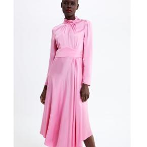 🌸🌸🌸🌸🌸🌸🌸🌸🌸🌸🌸🌸   Rosa løstsiddende kjole med høj hals, smykkeknap, lange ærmer med slids, knappede manchetter, a-formet silhuet og lynlåslukning i siden skjult i sømmen. Aldrig brugt. Mærke sidder stadig på. Nypris: 799kr.