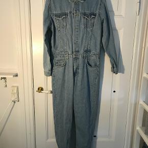 Mega fed bukserdragt i jeans-materiale. Brugt 2 gange, helt fin stand, bruger den bare ikke rigtig.   Kig gerne på min profil, jeg har både puder, tøj, sko, tasker, træningstøj, undertøj, jakker og vægtæpper!  Laver gerne en god aftale hvis du er interesseret i flere ting :-)