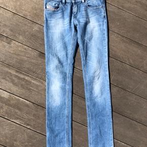Fede stramme jeans fra Diesel. Sælges udelukkende da jeg ikke kan passe dem. De er str. 25 i livet, og 32 i længden, passer en xs.