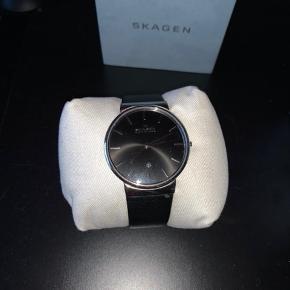 Fejler intet,ingen ridser, fik skiftet remmen for noget tid siden, bruger ikke uret mere. Købte det efter min konfirmation. Kvittering osv. medfølges.