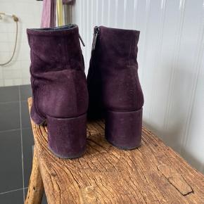 Lækreste støvler i ruskind fra Apair sælges da jeg ik har fået dem brugt siden sidste forår. Str er 39. Bytter ikke.
