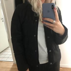 Tynd dunjakke-agtig jakke fra Gina Tricot. Fremstår som ny ✨