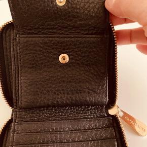 Pung i kalveskind i sort Mål 12x10 cm Ingen slid på læder og meget lidt på mærket foran.
