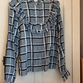 Skjorte/bluse fra H&M trend konceptet... Brugt få gange, hvorfor der ikke er tegn på brug...