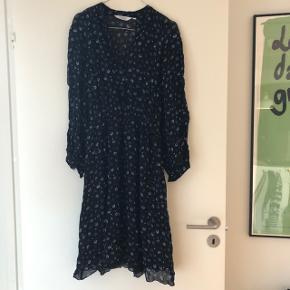 Super fin kjole fra & other stories. Brugt en enkelt gang. Har fine knapper på det øverste af ærmerne og elastik i taljen. Bytter ikke.