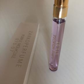Purple molecule. Den nyeste Zarko parfume. Edp. I æske. Testet et par enkelte pift.  10 ml. Rejsestørrelse.   180,- PP. Sender med Dao for købers regning. Ellers kan den afhentes i Odense.  Bytter ikke.