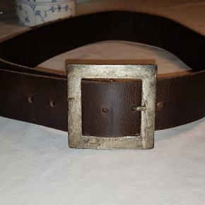 Super lækkert rå, kraftig bælte i læder, 5.5 cm bred. Spændet 8.5 x 8.5 cm