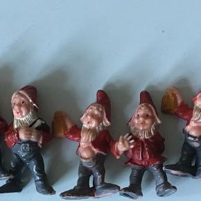 9 gamle små nisser. 6-7 cm høje. Samlet pris