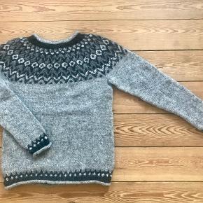 Forkæl dig selv med en islandsk sweater håndstrikket i 100% islandsk uld eller giv en skøn sweater som en gave. Den islandske uld har den fantastiske evne, at den holder godt på varmen men samtidig lader huden ånde og er lugt- og vandafvisende. Kan bestilles i str. S, M, L, XL Har 1 i str. M på lager i grå med en forsendelse på 2-3 dage. Mål: Overvidde: 92 cm Længde: 62 cm Farver: Grå, armygrøn Leveringstiden er 4 -5 uger med forudbetaling på alle bestillinger. Leveringstiden er 2-3 dage, hvis jeg har den ønskede str. hjemme. Sender med Dao eller GLS, ( track& trace) så navn, adresse samt e-mail bedes vedlægges. Forsendelse: 40 kr. Fast pris. SE også mine andre annoncer med islandske sweatre både til børn og voksne.